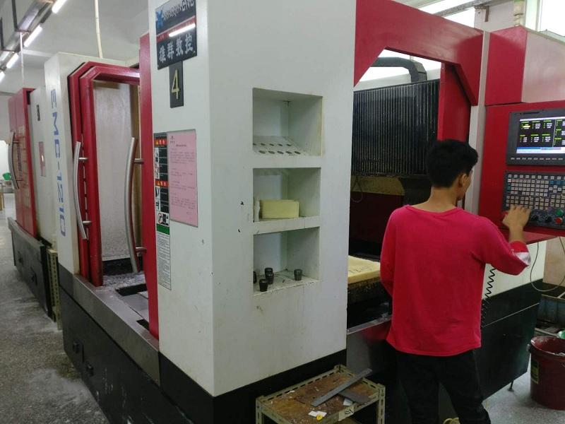技术员在调试CNC程序